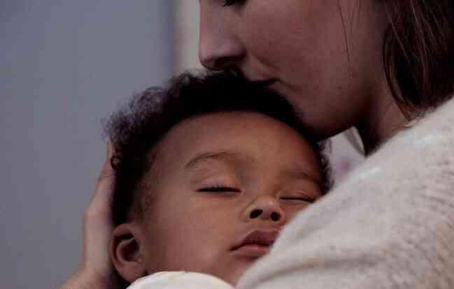 Mãe filho dormir braços